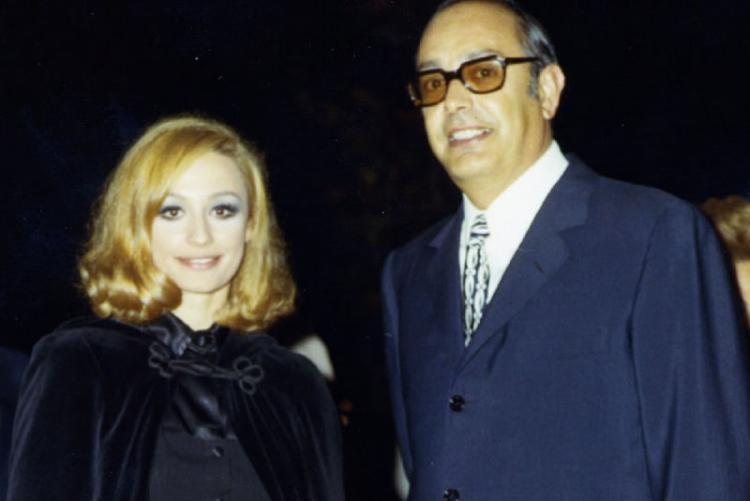 Raffaella Carrà e il Sindaco Latini nel 1971, premiazione del Catone D'Oro